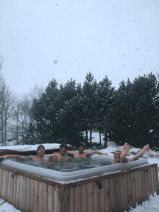 bain chaud et neige fraiche en islande après le ski de randonnée