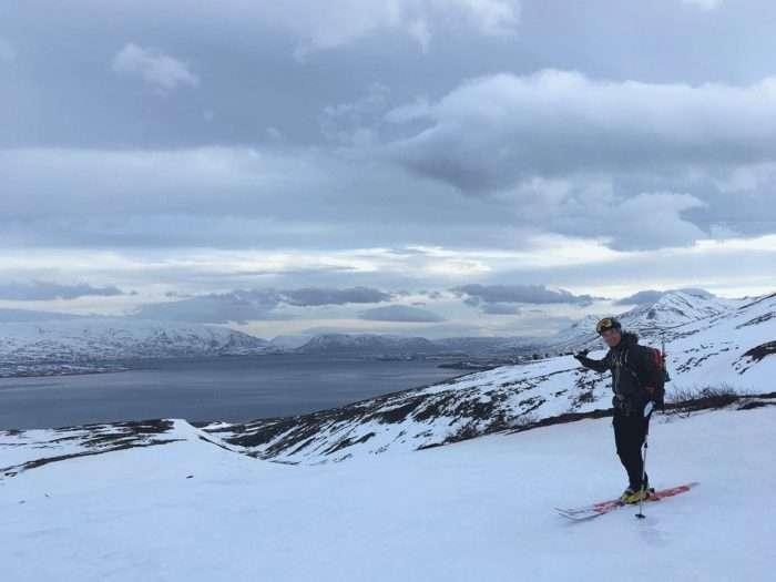 romain montant le fjord en ski de randonnée en islande