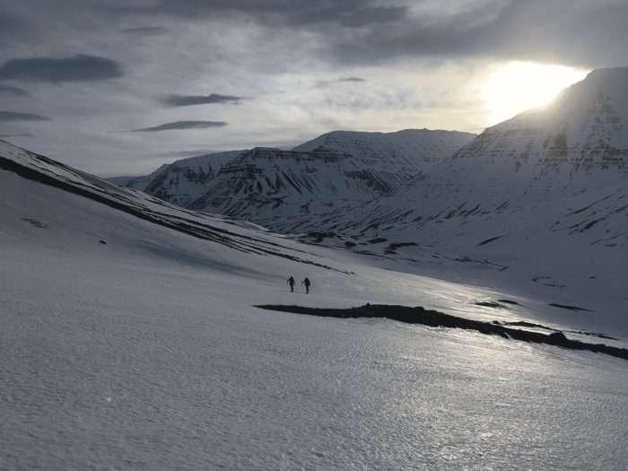 ski de randonnée en islande, dans une longue vallée