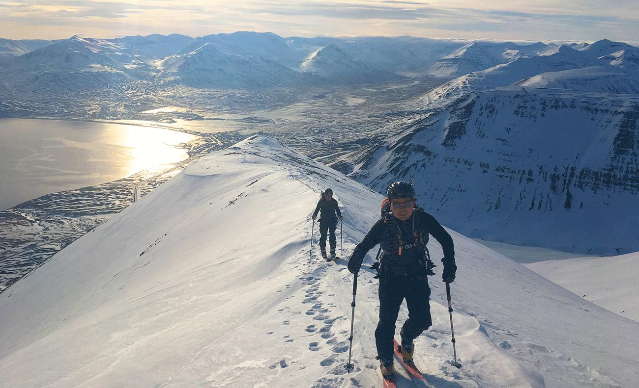 crête en ski de randonnée en islande dans la péninsule des trolls sous le soleil