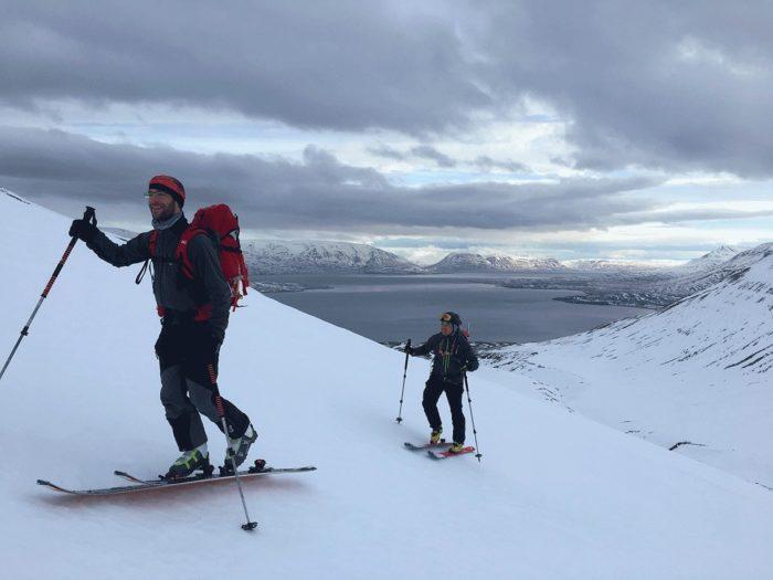 montée en ski de randonnée en islande avec le fjord en arrière plan