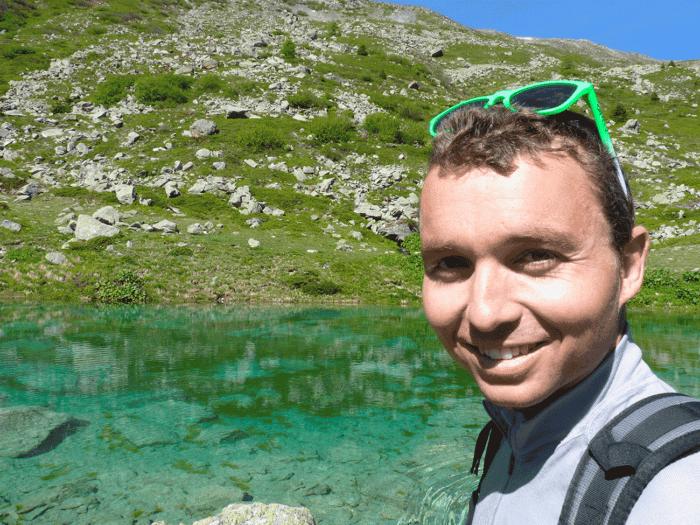 romain devant le lac vert limpide