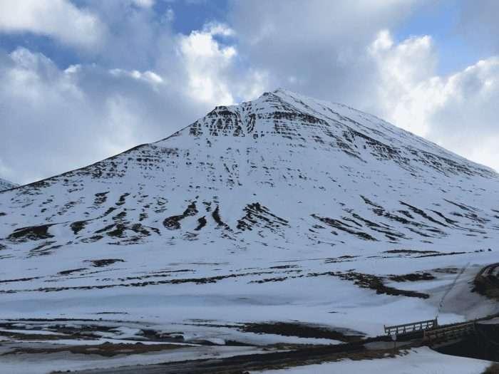 une montagne en pyramide en islande