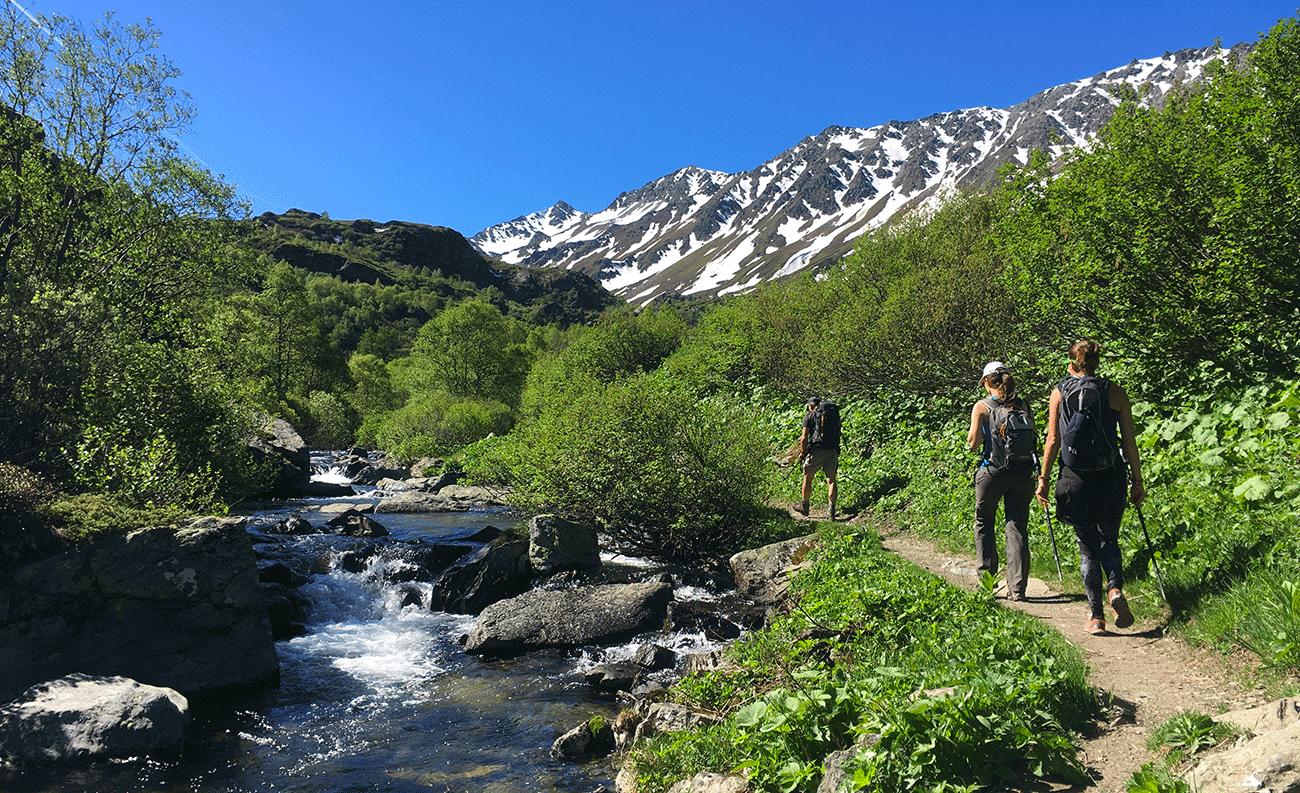 randonnée le long du ruisseau avec montagne en fond