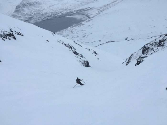 descente d'un couloir en ski de randonnée en islande vue de dos
