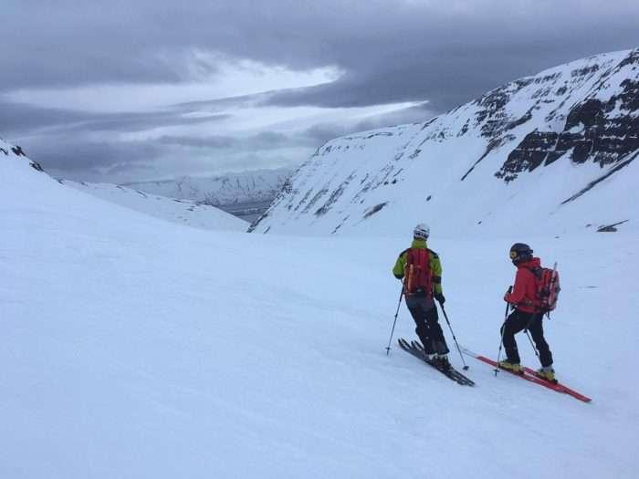 discussion avant une descente en ski de randonnée en islande