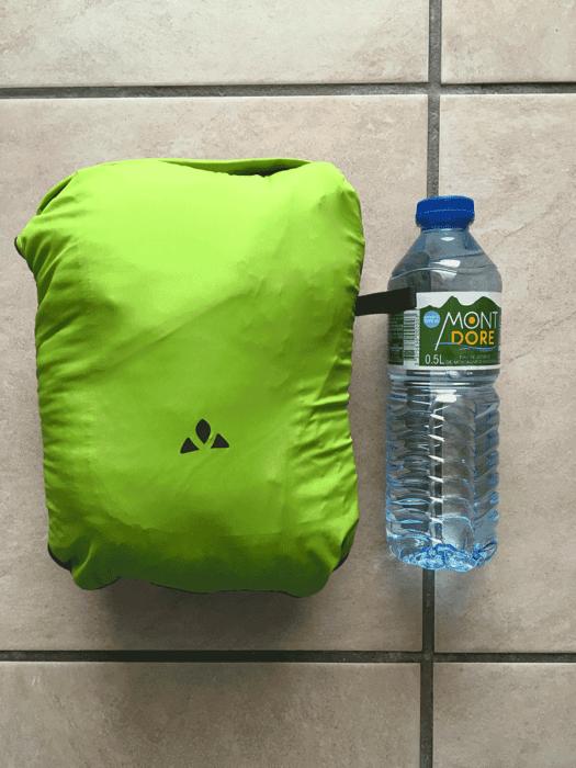 comparaison veste vaude compressée et comparatif avec une bouteille d'eau