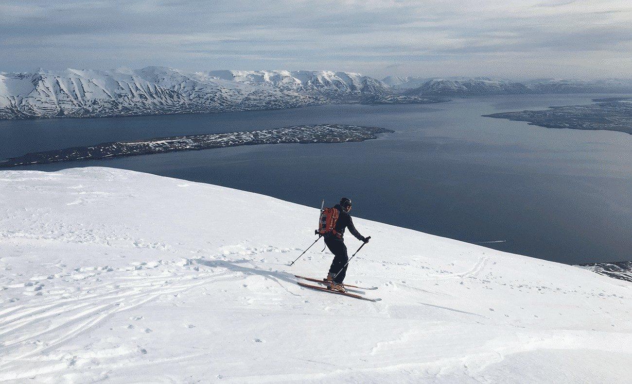 descente ski de randonnée avec vue sur fjord en islande