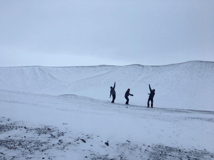 une danse sur le bord du volcan en islande