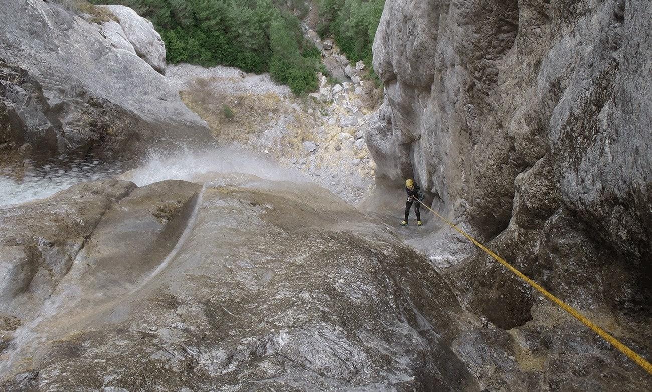 superbe rappel dans une cascade de 100 mètres