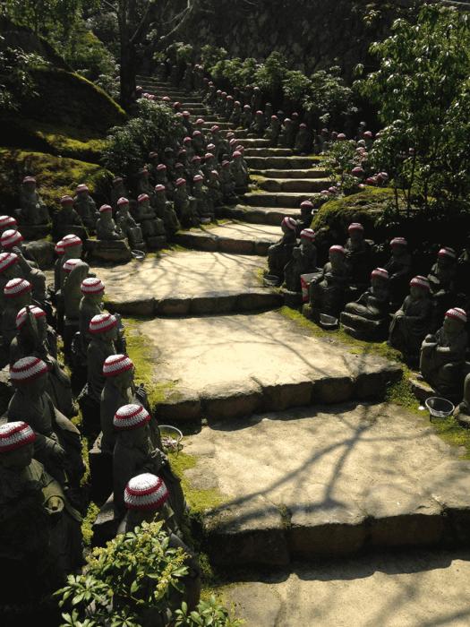 chemin avec plein de statuettes bouddhistes sur la randonnée du mont misen