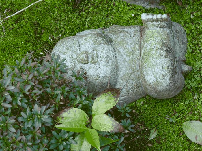 statuette bouddhiste qui dort sur la randonnée du mont misen
