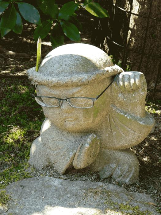 statuette bouddhiste avec lunettes de vue sur la randonnée du mont misen
