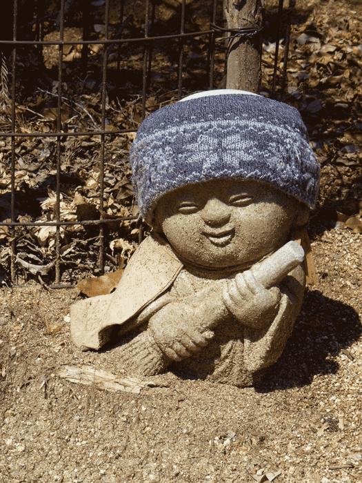 statuette bouddhiste avec un balai sur la randonnée du mont misen
