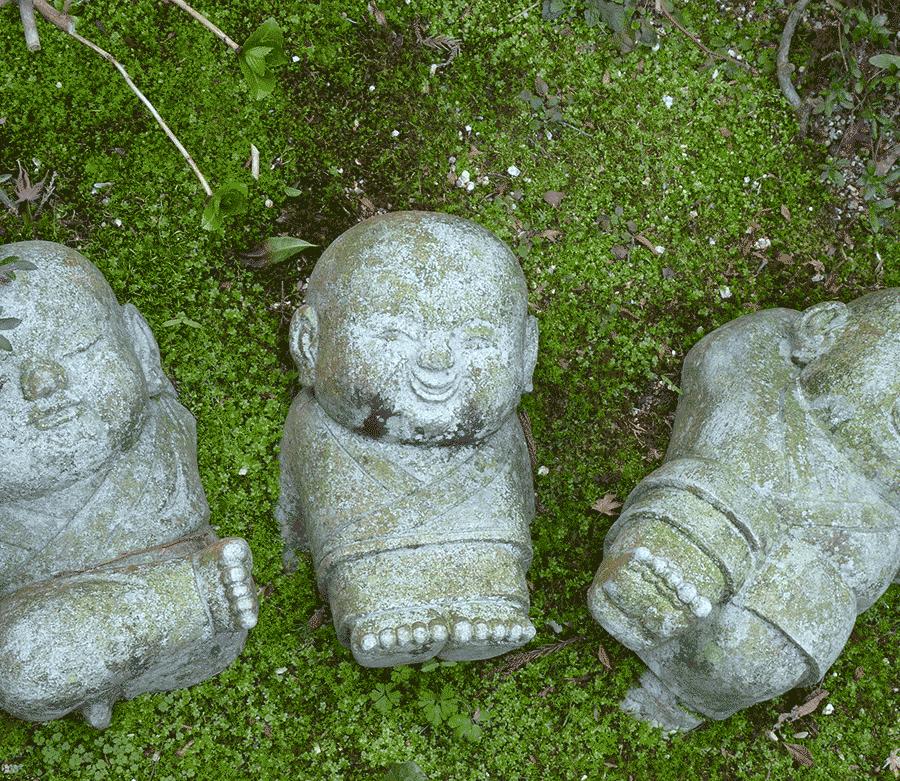trois statuettes bouddhistes sur la randonnée du mont misen