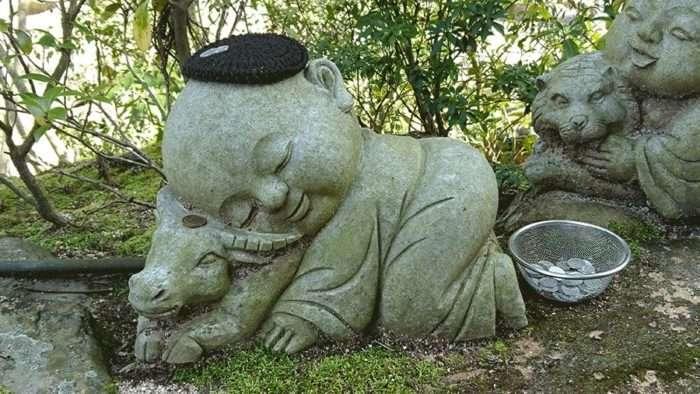 statuette bouddhiste sur une vache sur la randonnée du mont misen