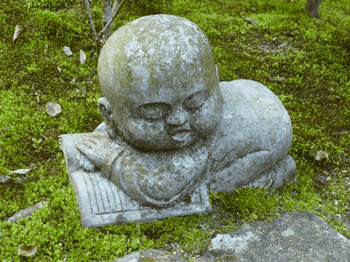 statuette bouddhiste en lecture sur la randonnée du mont misen