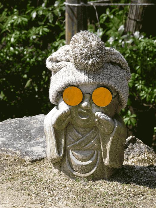 statuette bouddhiste avec lunettes de soleil sur la randonnée du mont misen