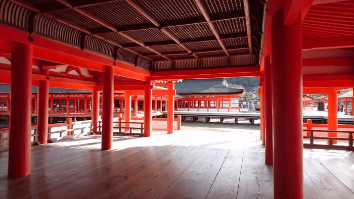 intérieur du temple de miyajima au japon