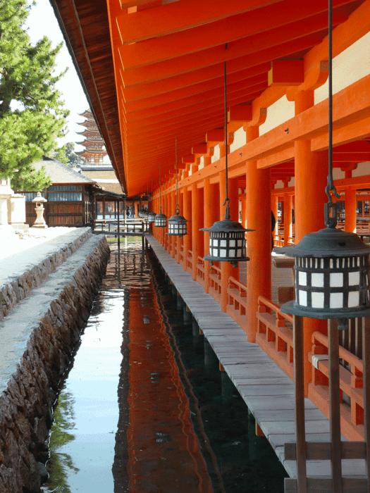 pagode et temple de l'ile de Miyajima au japon