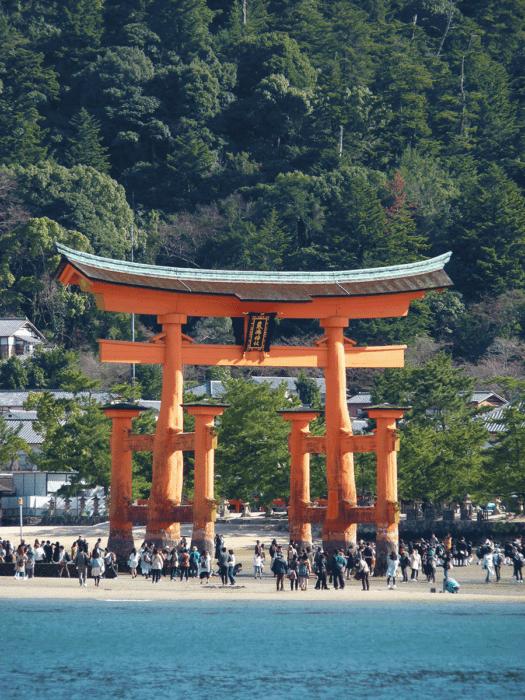 foule sous le torii flottant à marée basse