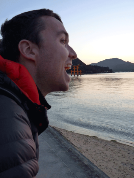 en train de manger le torii flottant