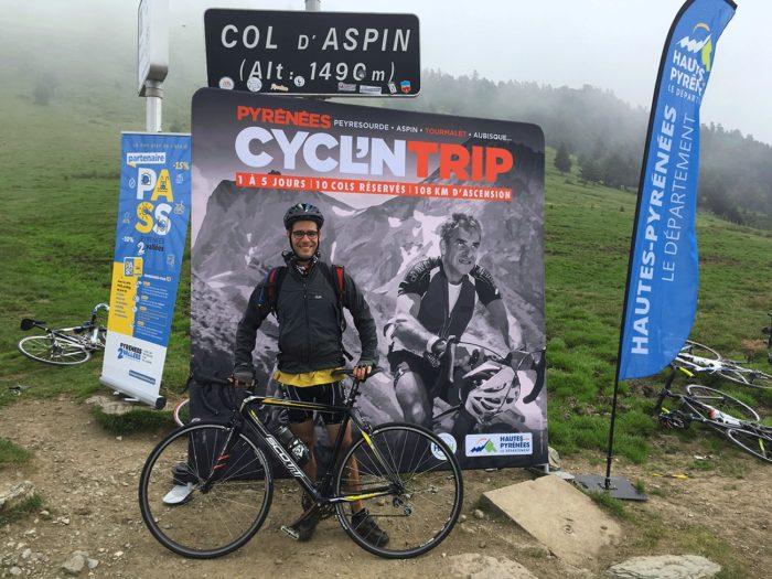 au col d'Aspin devant le panneau Cycl'n Trip