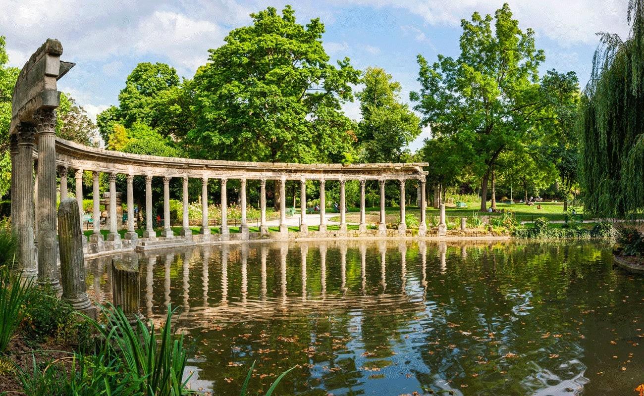 le jardin et le lac du parc monceau