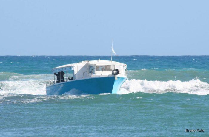 bateau de bulles plongée entrant au port