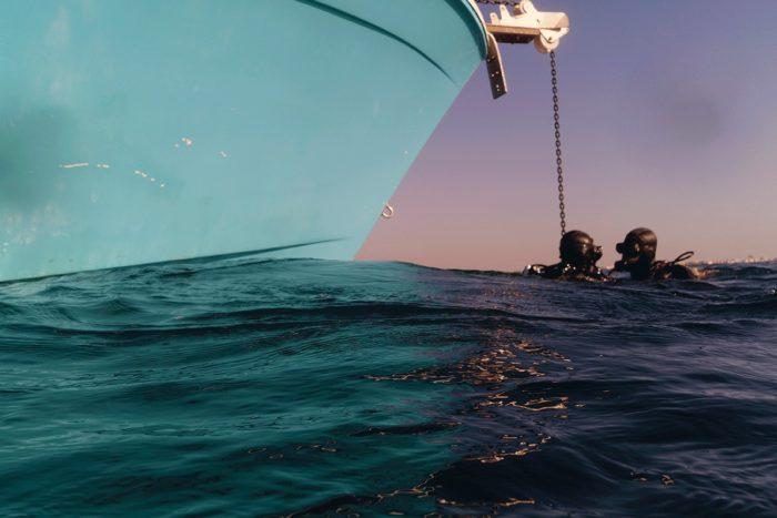 immersion a côté du bateau en plongée