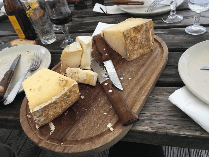 fromage d'aubrac dans buron en sortie VTT sur l'Aubrac