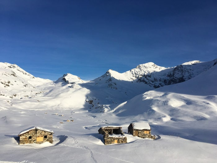 vallon avec neige et maisons