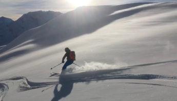 descente à ski dans poudreuse