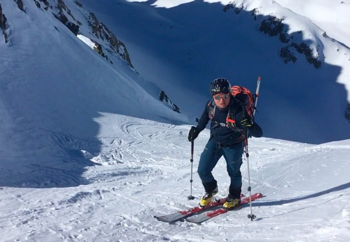 ski de randonnée sous un col pantalon shuksan