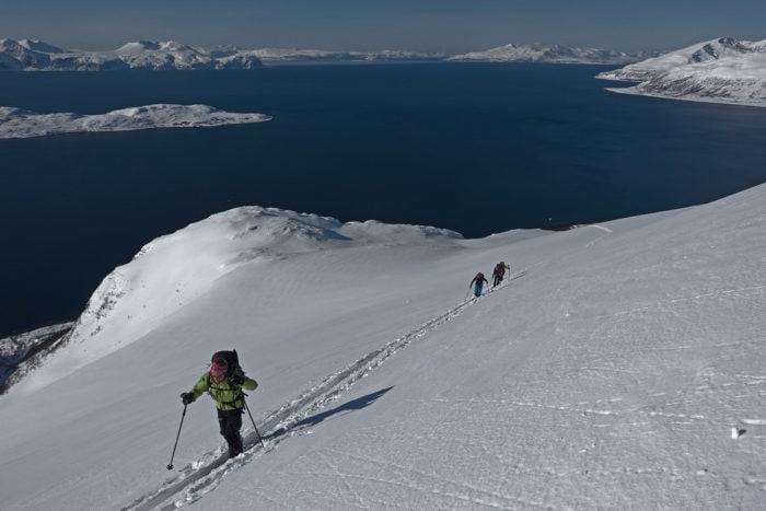 skieurs en montée alpes de lyngen