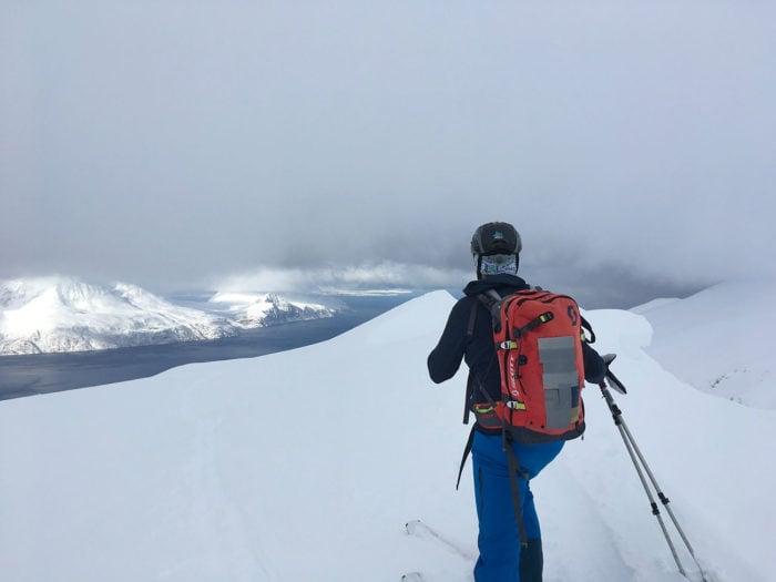 skieur de randonnée vue sur les fjords