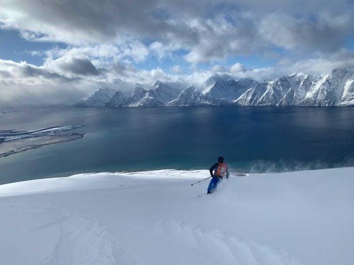 skieur de rando Uløya en descente