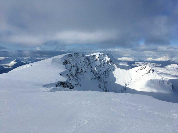 vue sur arêtes montagne Uløya
