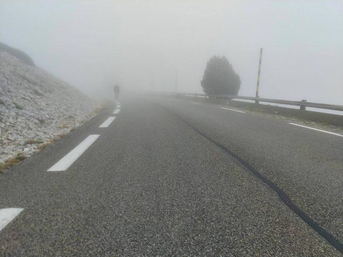 mont ventoux cycliste brouillard